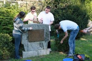 Putzaktion am Gedenkstein der Sudetendeutschen